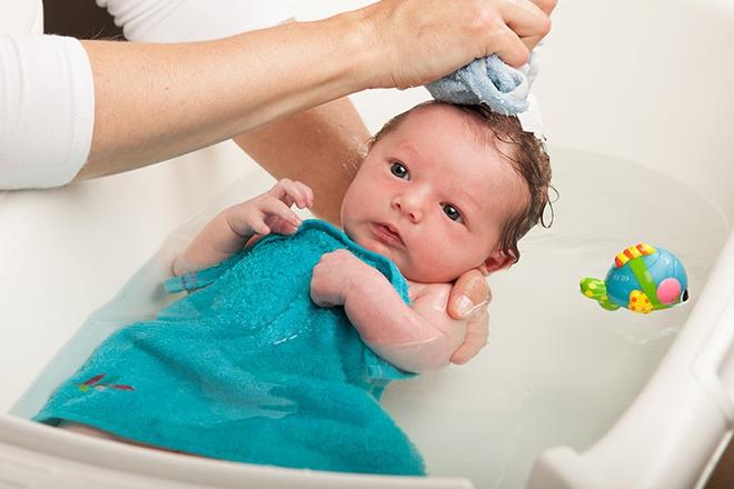 chuẩn bị đồ vệ sinh cho bé