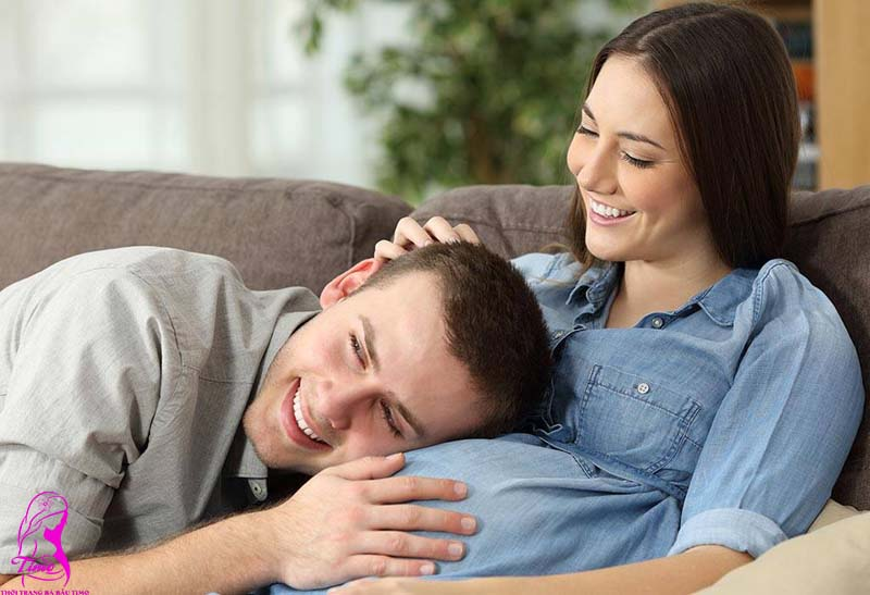 Người chồng thực hành thai giáo bằng cách thường xuyên trò chuyện với thai nhi
